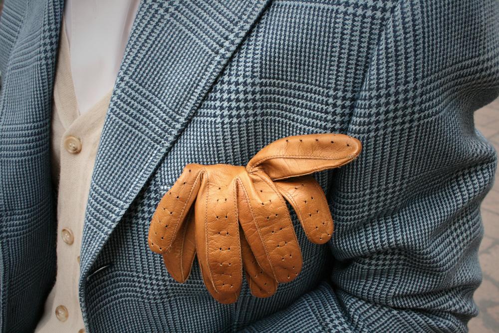 Luvas. Não é nenhuma novidade que uma boa luva de couro pode ajudar bastante no inverno. Mas mais do que aquecer, elas trazem um ar de elegância maior do que qualquer outro material.
