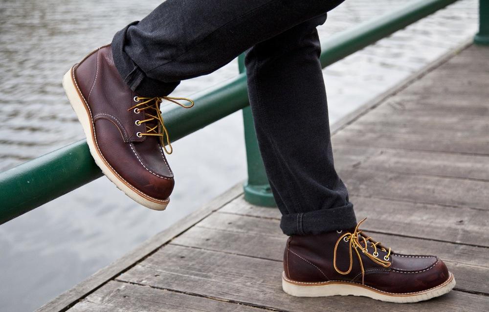 Bota. Parceira inseparável de muitos homens inclusive durante as estações menos frias, as botas de couro possuem uma quantidade enorme de modelos bacanas. Além de elegantes, protegem do frio e apresentam uma durabilidade que faz toda a diferença.