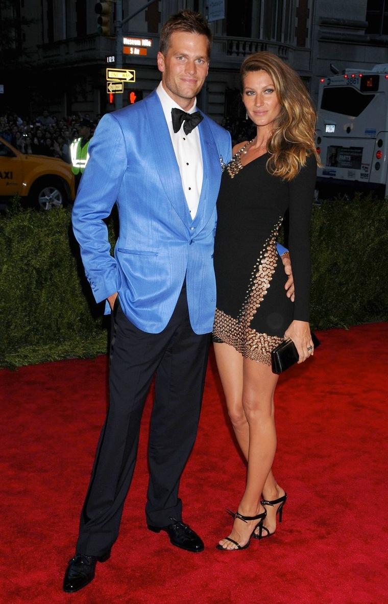 O  casal Bündchen-Brady esbanjou o charme de sempre na noite  nova-iorquina. Os únicos 'poréns' ficam para a gravata excessivamente  grande do quarterback do New England Patriots e para a cor muito chamativa do blazer. Se optasse por um tom um pouco mais escuro, Brady se salvava.