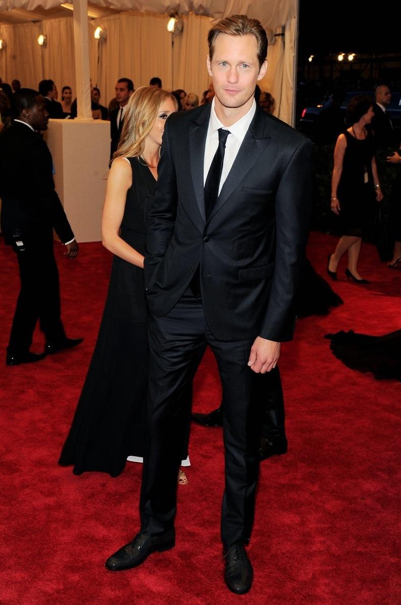 Alexander  Skarsgard fez bonito ao investir no terno preto e branco. Um modelo bem  ajustado e sem muitos detalhes é sempre uma forma segura de estar bem  vestido.