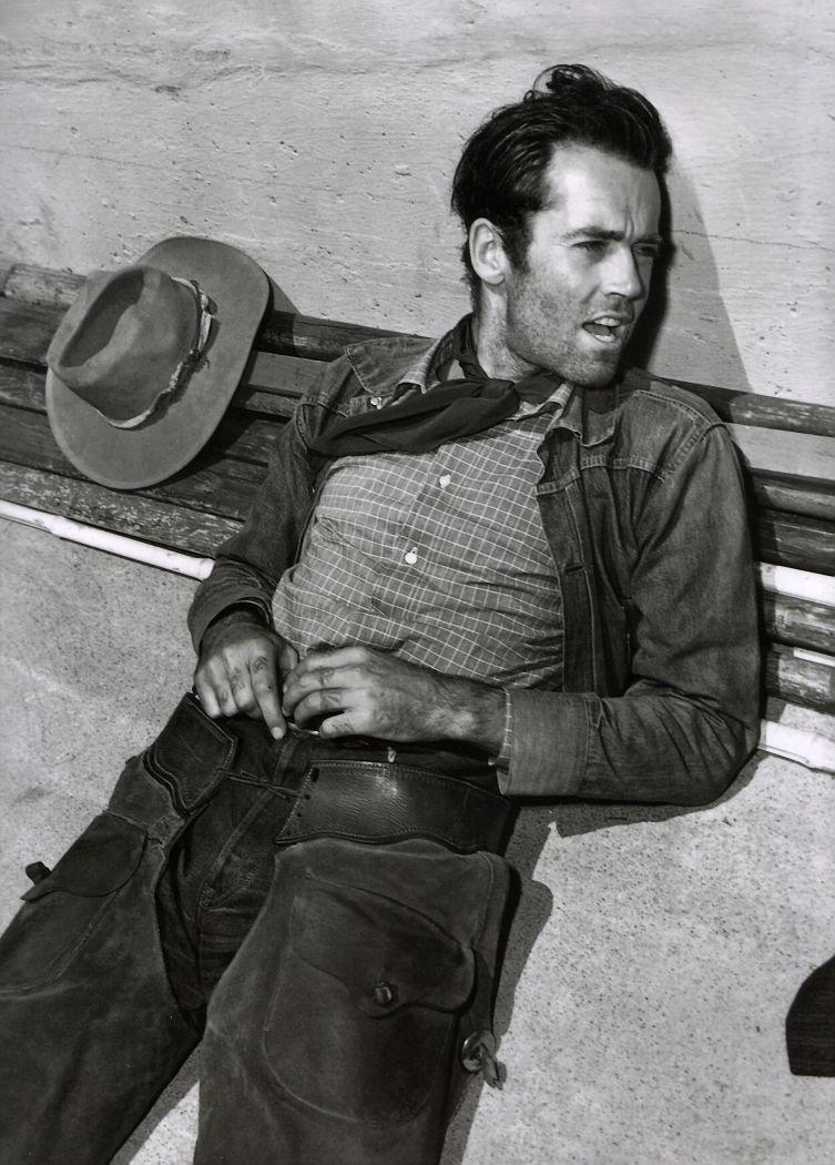 Nascido  em 1905 - sim, 1905 - Henry Fonda é um dos maiores nomes do cinema e do  teatro de todos os tempos. Considerado pela AFI (American Film  Institute) o 6º maior astro do cinema, Henry, se estivesse vivo (morreu  em 1982), completaria hoje 108 anos. E se tem uma coisa que podemos  dizer sobre esse monstro - além do seu enorme talento para atuar - é que  ele sabia como se vestir. Tendo vivido nos anos 30 e 40, Fonda pegou  algumas das épocas mais elegantes da história, criando um estilo  totalmente clássico e atemporal. Assim como seus filmes.