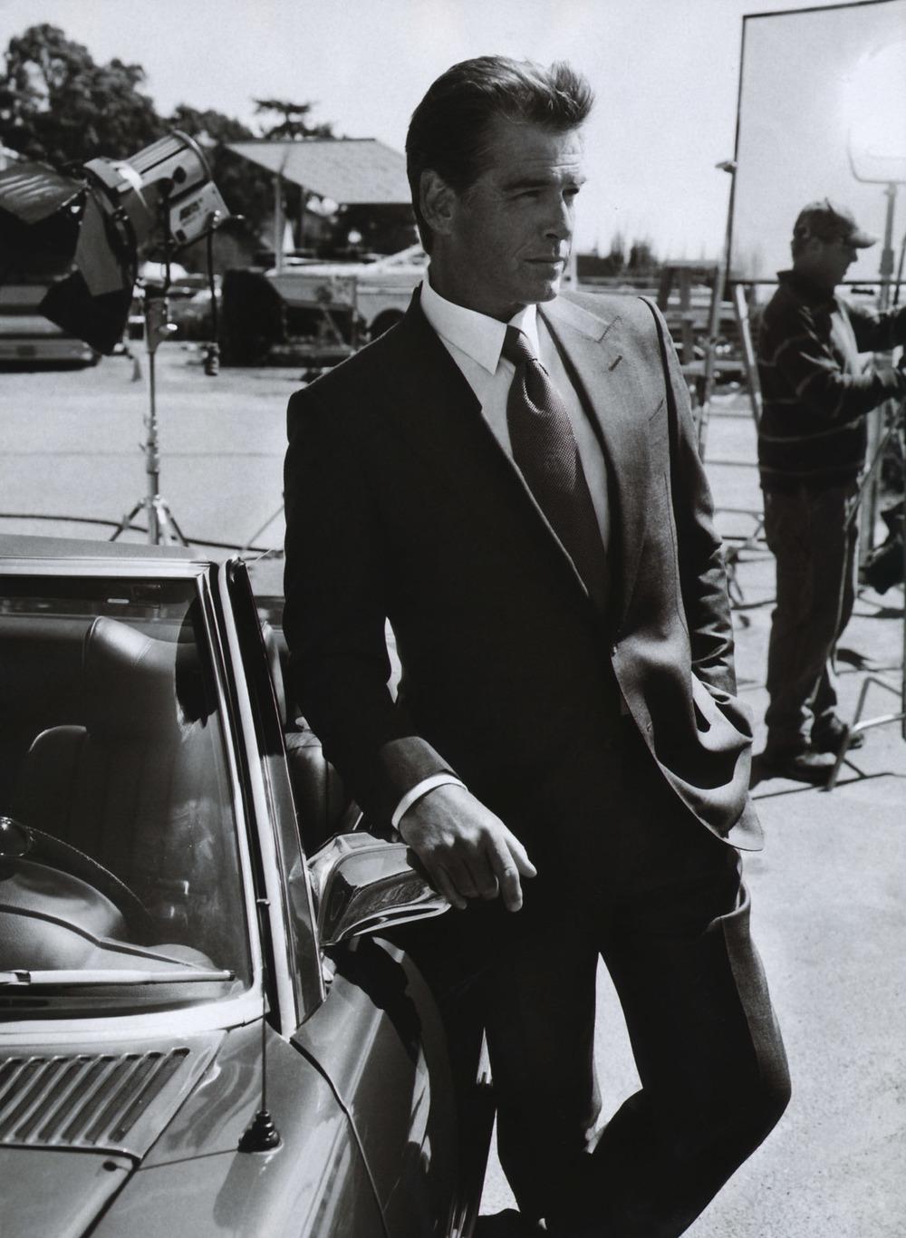 Uns  dizem que ele só melhora com o tempo. Outros dizem que é impossível  igualar sua elegância dos tempos de 007. A verdade é que Pierce Brosnan,  do alto dos seus 60 anos recém completados, está sempre elegante. Seja  pilotando carrões e desviando de tiros, seja de cabelo mais grisalho e  com um físico de agente secreto aposentado. Tido por muitos como o  melhor James Bond que já existiu - depois de Sean Connery, Brosnan não  vive até hoje na sombra de seu personagem mais famoso. A única coisa que  permanece é a sua elegância para vestir um terno e arrancar suspiros de  mulheres de todas as idades.