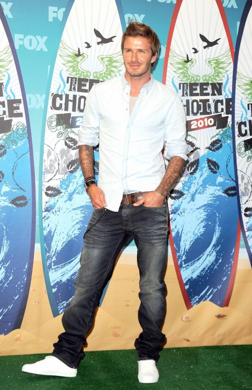 Nessa  imagem podemos ver um Beckham mais evoluído ainda em termos de  elegância. A calça não é mais tão larga e as cores são ideais. Faltou  caprichar mais no calçado.