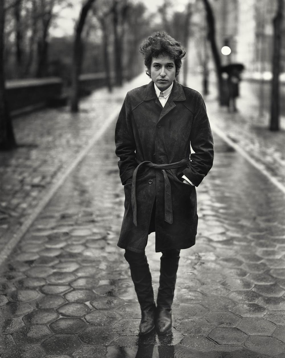 Robert  Zimmerman nasceu no Minnesota - EUA, em 1941. Pouco depois disso ele  virou Bob Dylan. E depois de virar Bob Dylan ele virou um dos maiores  ícones da cultura moderna. Considerado pela Rolling Stone o 2º maior  intérprete da história da música (atrás dos Beatles), Dylan atingiu o  mesmo posto que seus 4 amigos de Liverpool: o de intocável. Seu estilo  vai além dos chapéus de caubói que ele veste hoje em dia e dos coletes  de veludo que usava nos anos 60. Com uma imagem tão icônica quanto Elvis  e Freddie Mercury, o menino franzino - que toca gaita e violão desde  adolescente - virou sinônimo de estilo e elegância, uma vez que seu  visual é copiado até hoje pelos mais charmosos rapazes. Parabéns ao Mr.  Tambourine Man.