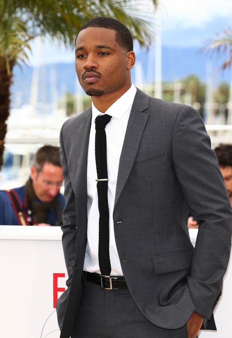 O  diretor Ryan Coogler mostrou estilo na medida certa para um festival do  porte do de Cannes. Por se tratar de um evento diurno, um terno cinza  vira uma ótima escolha.