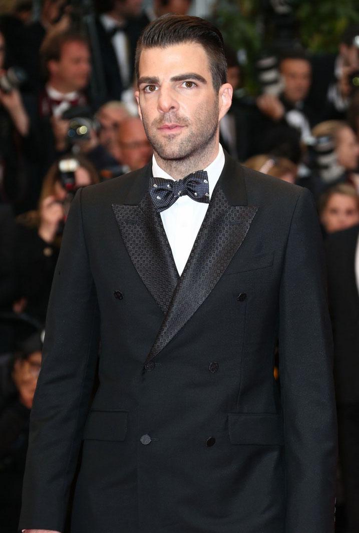 Zachary  Quinto é um cara que seguidamente fica entre os mais bem vestidos.  Acontece que ele também gosta de cometer exageros. A escolha da gravata e  da lapela estampadas foi um pouco além do ideal. Melhor ficar entre uma  ou outra.