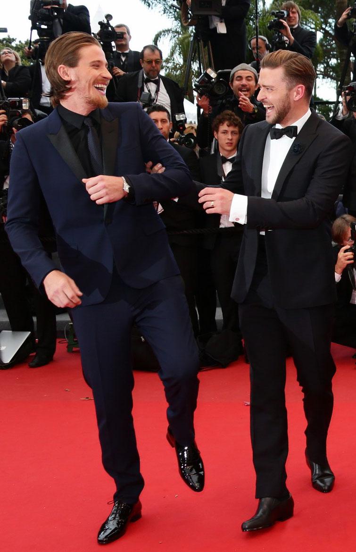 A  dupla formada por Garrett Hedlund e Justin Timberlake demonstrou  afinidade no tapete vermelho. O primeiro mandou bem no costume escuro e  no cabelo lambido, enquanto que o pop star investiu em um smoking  simples e certeiro.