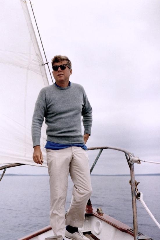 Talvez  o mais famoso e idolatrado presidente americano da era moderna. Acima  até mesmo do pop star Obama, John F. Kennedy foi também o presidente  mais elegante. Sempre com um visual clássico, ternos bem alinhados e  muito bom gosto, Kennedy também era um cara que sabia se vestir fora de  seu gabinete. A mesma elegância era vista quando o presidente saia de  barco ou passava férias na casa de campo. Caso estivesse vivo, JFK  completaria hoje 96 anos.