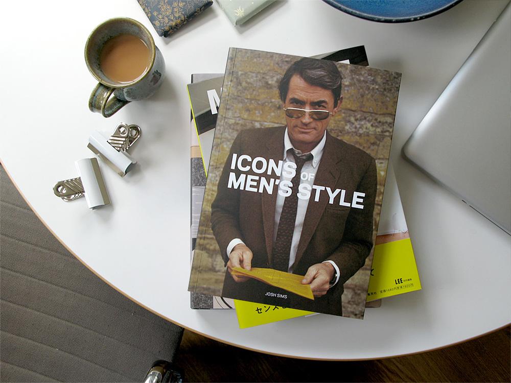 Livro de moda. Incentivar a leitura do namorado é sempre muito importante. E se essa leitura ajudar o cara a se vestir com mais estilo, melhor ainda. Existem inúmeras opções de livros de moda masculina disponíveis no mercado. Vale vasculhar livrarias, sebos e a web.