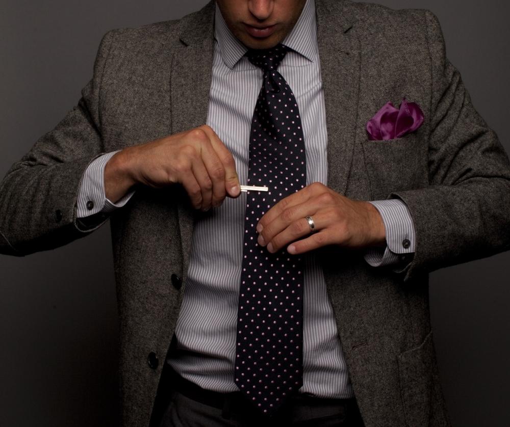 Prendedor de gravata. Um acessório clássico, pontual, mas que faz toda diferença. Porque não tem nada melhor do que estar acompanhada de um cara elegante em eventos importantes.
