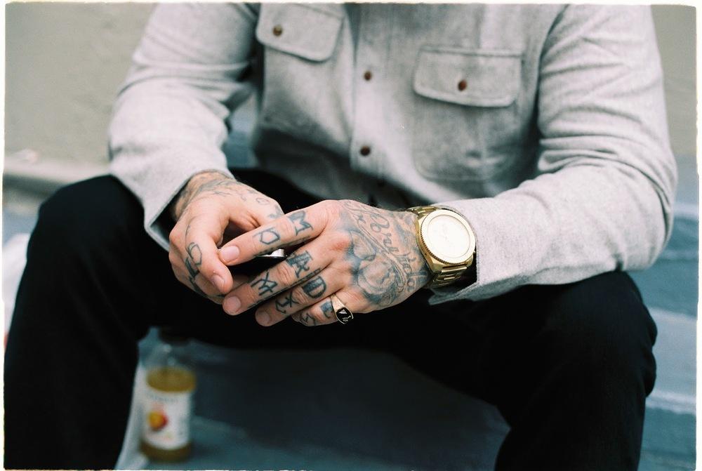 Tatuagem. Porque nem sempre um presente necessita ser algo tangível, embalado em papel celofane. Não precisa ser uma tatuagem com as iniciais do casal nem nada parecido, apenas algo que lembre a ocasião em que ela foi feita.