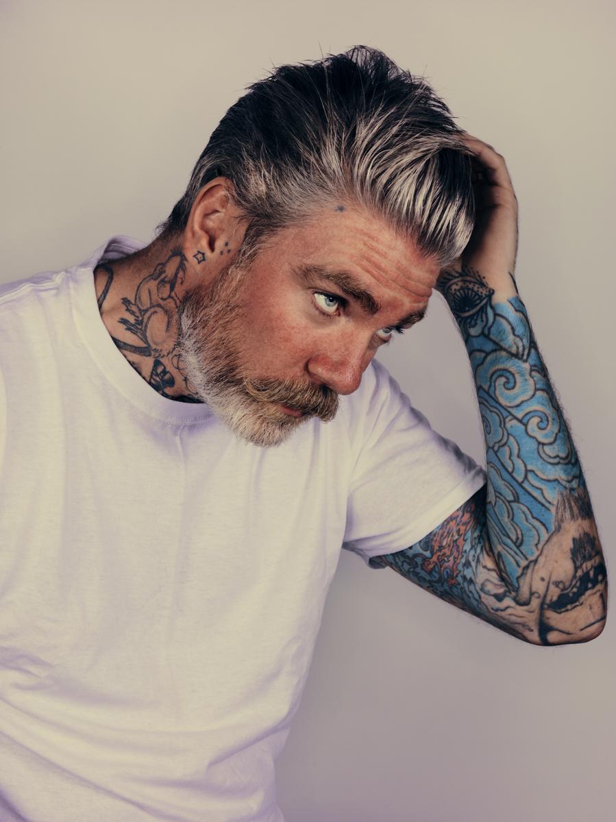 Produtos  para o cabelo. Calma meninas, nenhum homem usa tantos produtos quanto  vocês. Acontece que hoje em dia existe uma imensa quantidade de produtos  para levantar o topete e deixar os rapazes com cara (cabelo) de David  Beckham ou Ryan Gosling.