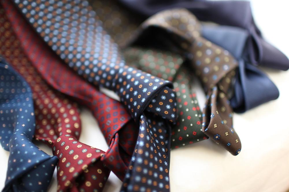 Gravatas.  O que as mulheres têm com bolsas e sapatos, nós homens, temos com  gravatas. Ok, pode não ser tanto assim, mas é sempre bom contarmos com  modelos diferentes na hora de vestir um terno. Variações de tecido, cor e  estampas são sempre interessantes, só é bom não exagerar.