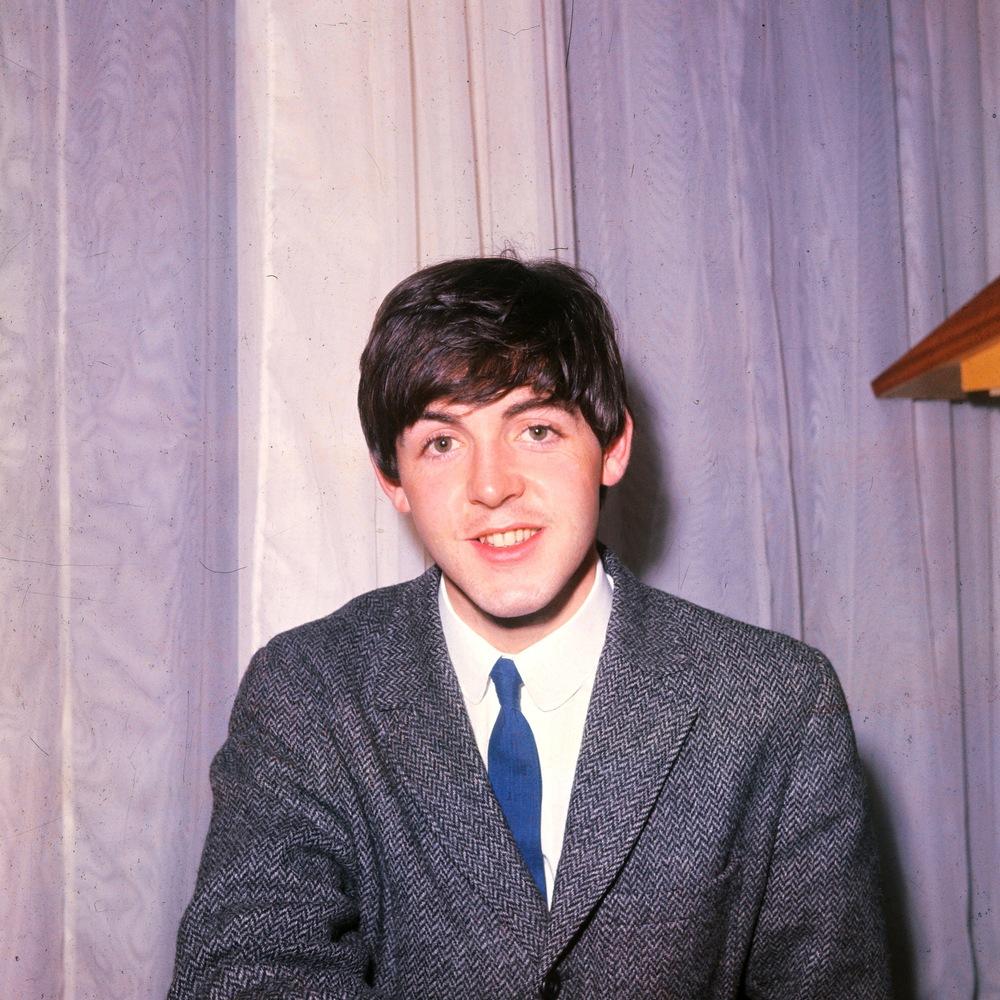 Sir  James Paul McCartney, rapaz de talento e notável habilidade na hora de  escolher o figurino, nasceu há exatos 71 anos atrás, em Liverpool. Amigo  de caras como John Lennon, George Harrison e Ringo Star, Paul sempre  mostrou elegância em cima do palco e na frente das câmeras. Até os dias  de hoje, quando bota centenas de milhares de pessoas para cantar, dançar  e até chorar, o cara se revela um verdadeiro gentleman inglês, trajando  roupas cheias de estilo e sem nenhum exagero. Um fato louvável para um  senhor de 70 anos, que sobreviveu as mais intensas loucuras dos  movimentos culturais das décadas de 60, 70 e 80. Tudo bem, Paul pode  pintar o cabelo e até fazer plásticas no rosto, mas nada encobre o  charme e a categoria dele na hora de escolher as vestimentas muito bem  desde quando apareceu para o mundo, com não mais do que 17 anos.