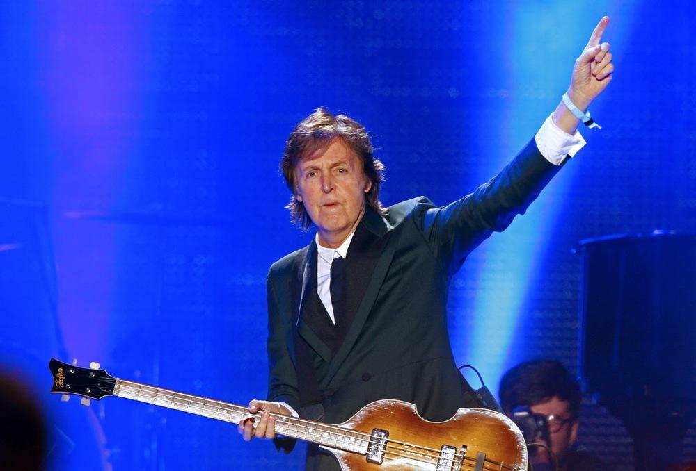 Ele pode pendurar uma melancia na cabeça que ainda assim diremos que ele está bem vestido. Mas Paul McCartney faz justamente o contrário: com um terno básico, de abotoamento duplo ele fez jus ao posto de maior artista da música mundial.