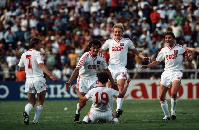 """9# União Soviética (reserva) 1986. Na Copa do Mundo de 1986, no México, a União Soviética encantou o mundo. Primeiro porque se classificaram em 1º lugar em um grupo que continha a França de Platini. Segundo porque seu uniforme, imponente, com as letras """"CCCP"""" na frente e as três listras da Adidas na manga, era um dos mais bonitos da competição."""