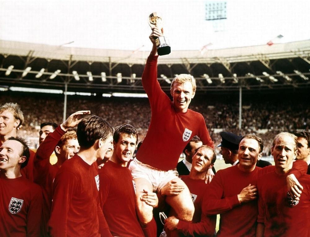 8# Inglaterra 1966. Apesar de hoje em dia o uniforme vermelho ser o reserva dos ingleses, durante a copa de 1966 (realizada na Inglaterra), o ele foi a cor oficial. E deu sorte. A seleção se sagrou campeã e o uniforme virou um dos mais lembrados da história.