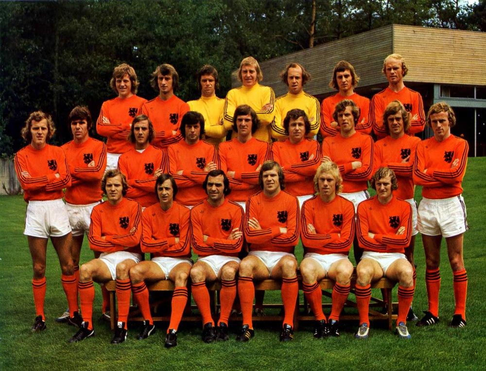 6# Holanda 1974. A Alemanha Oriental pode ter vencido a Copa, mas foi a Holanda quem realmente encantou o mundo. Com um futebol moderno e um uniforme quase que amedrontador, os rapazes da Laranja Mecânica fizeram uma cor inicialmente chamativa virar elegante.