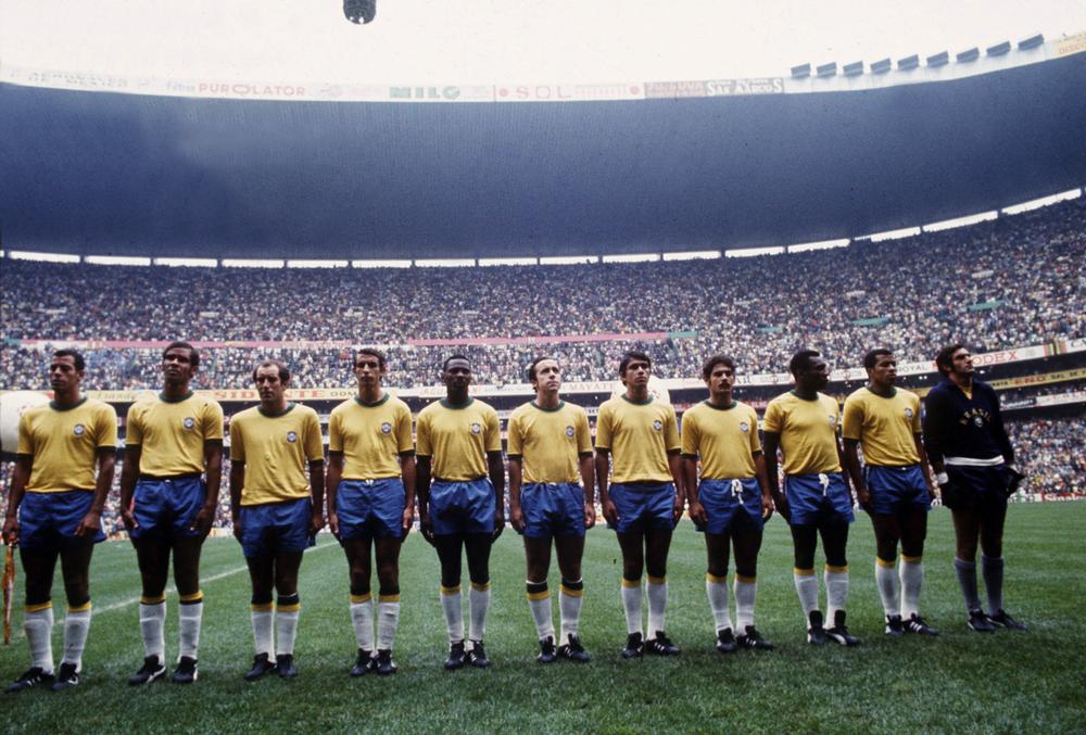 3# Brasil 1970. Para muitos essa foi a maior seleção de futebol de todos os tempos. Um time com dez craques, um rei e uma camisa mágica. Foi em 1970, no México, que o mundo conheceu o verdadeiro poder da camisa amarela do Brasil.