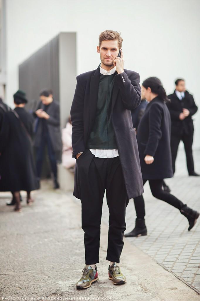 street-style-streetstyle-paris-look-rua-semana-moda-fashion-uomo-masculino-men-special-detalhes-details-casaco-sob-medida-moleton-couro-camisa-calça-saruel-tenis-camuflagem-preto-verde-musgo-branco-682x1024.jpg