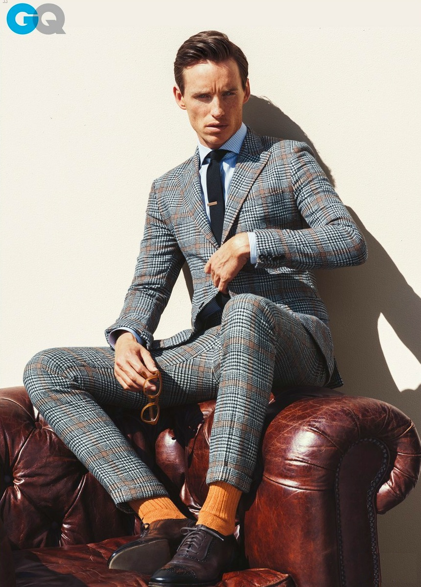 Tudo bem que em um ensaio de revista, as roupas já são pré-selecionadas. Mas como a gente já sabe, o ator inglês Eddie Redmayne sabe mesmo se vestir muito bem.