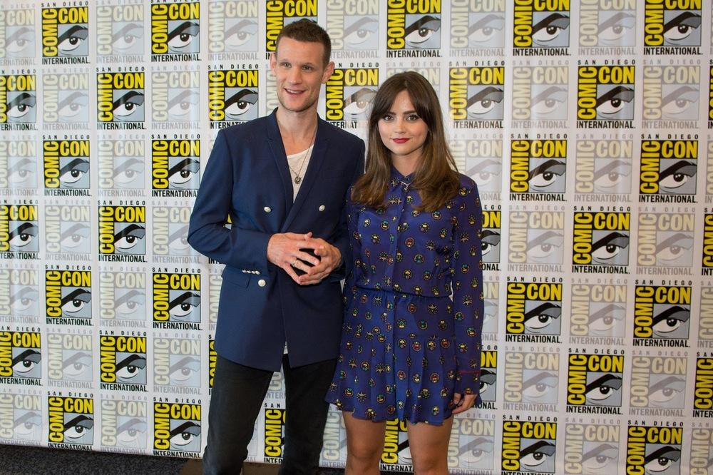Matt Smith. O 'Doctor Who' é referência de figurinos caprichados dentro e fora da sua famosíssima série. Aqui ele mostra que um blazer de abotoamento duplo não precisa, necessariamente, ser usado com camisa e gravata.