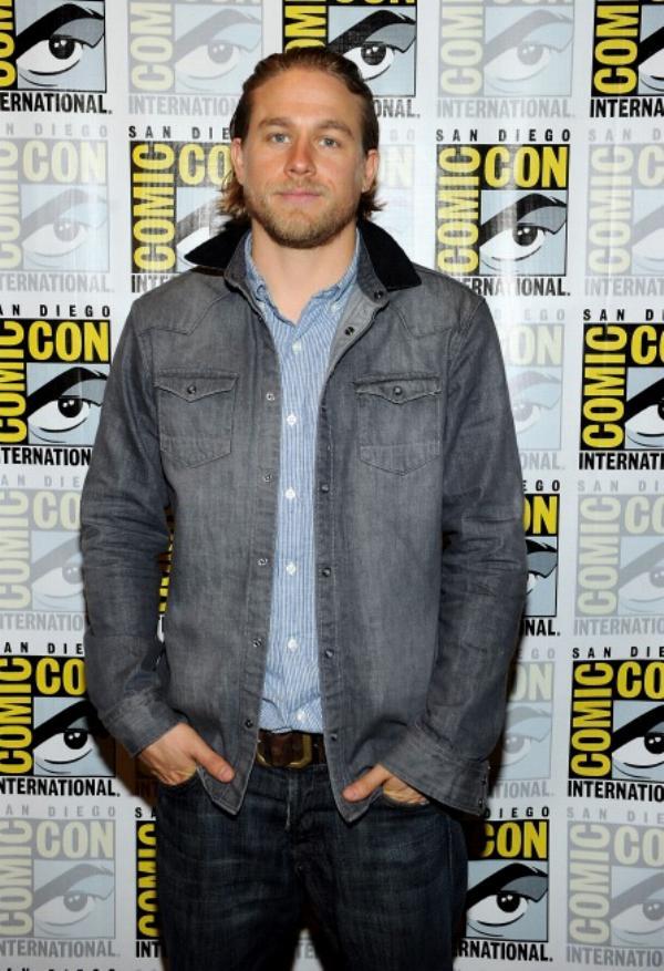 Charlie Hunnam. O motoqueiro de 'Sons of Anarchy' aderiu o figurino do seu personagem 'Jax', mandando ver na combinação jeans com jeans. Tinha tudo para dar errado. Mas deu tudo certo.