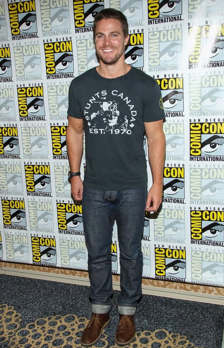 Stephen Amell. Longe da capa e do capuz de seu personagemGreen Arrow, da série 'Arrow', Stephen até que se saiu bem. Uma combinação básica, mas rica em detalhes, como a barra da calça e o sapato contrastante.