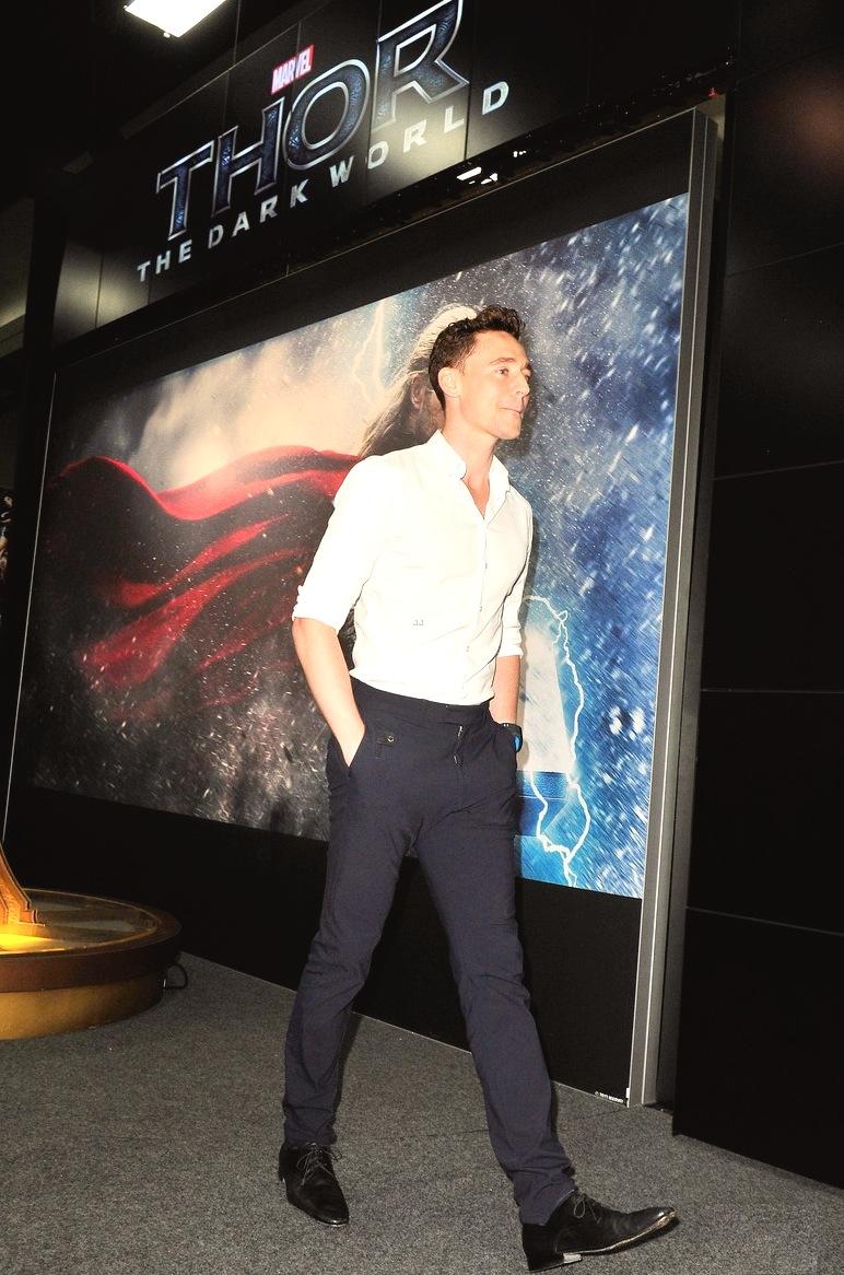 Tom Hiddleston. Já conhecido de nossas listas, Tom - que levou a plateia ao delírio ao incorporar seu personagem Loki - acertou no figurino. De novo. Uma simples combinação de camisa branca com calça escura foi o suficiente para que o inglês ficasse entre os mais bem vestidos do evento.