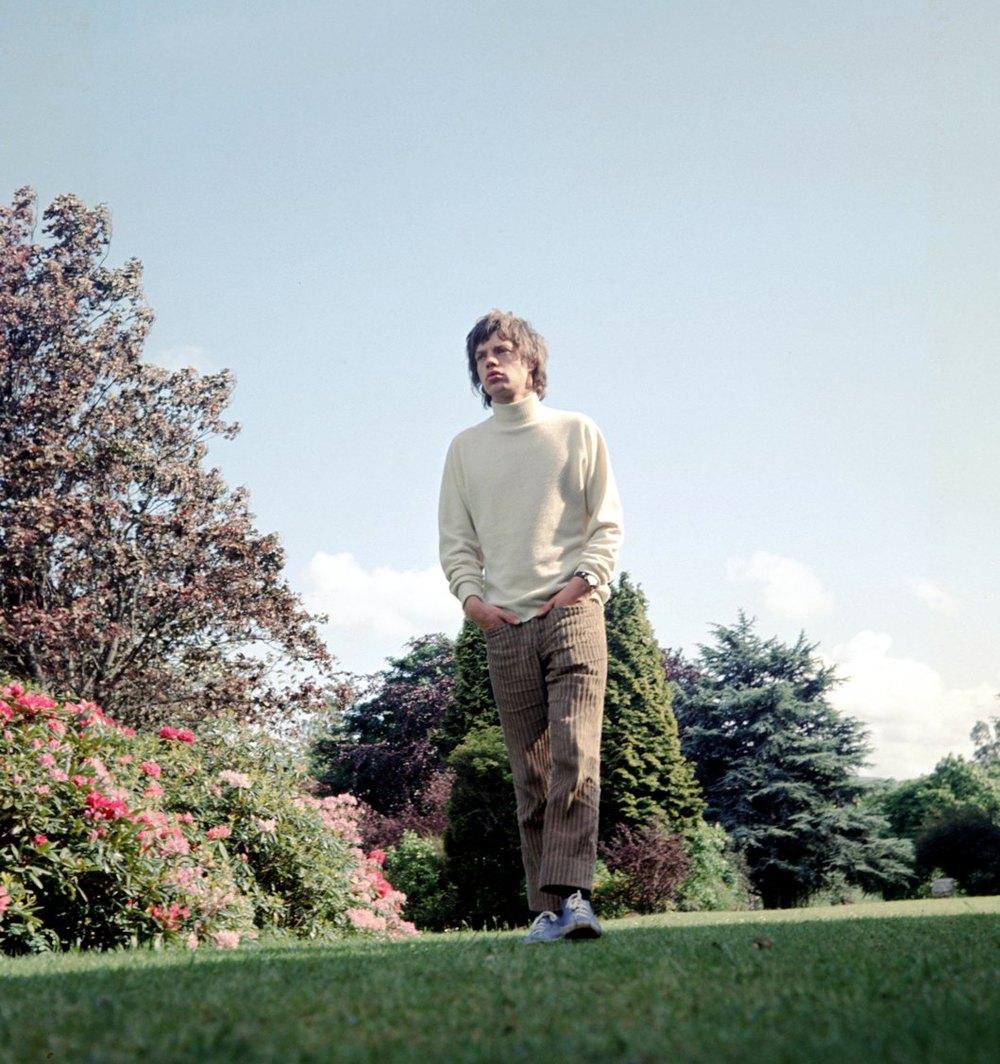 """Sir Michael Philip """"Mick"""" Jagger nasceu em Dartford, na Inglaterra, no ano de 1943. Naquela época, seus pais Basil Fanshawe Jagger e Eva Ensley Mary talvez não imaginassem o ícone que aquele menino viria a se tornar. O tamanho da influência que ele seria para garotos de todas idades e todas as épocas. O tamanho do legado que ele deixaria. Bastou se juntar com mais quatro rapazes da mesma idade para Mick mudar o mundo. Hoje, aos 70 anos (mas com corpinho de 50), Mick Jagger está entre as maiores referências do ramo musical. Não importa se ele veste blazer prateado durante um show. Ninguém comenta se ele se vestia como menina nos anos 70. Mick e os Rolling Stones sempre serão nossos ídolos, nossos deuses. Eles são sim referência de moda. Talvez não pelo que vestem, mas pela atitude e personalidade que transformam cada figurino em referência. Longa vida ao mestre."""