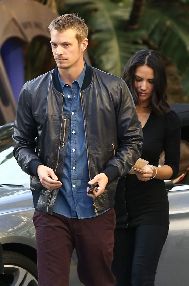 olivia-munn-joel-kinnaman-lakers-lovebirds-02.jpg