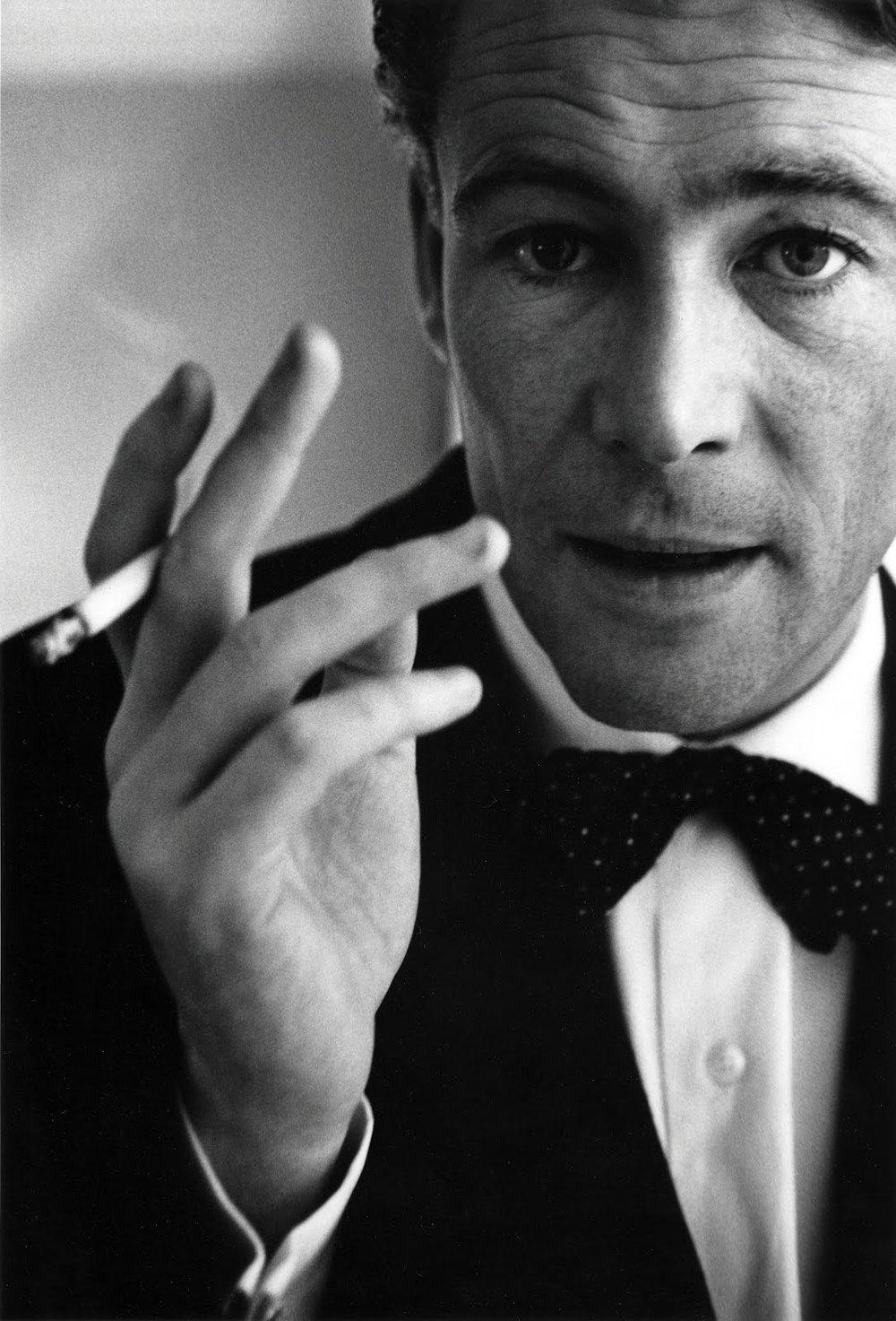 Peter Seamus O'Toole nasceu... Nem ele sabe ao certo. Algumas fontes sugerem Connemara, na Irlanda, outras apontam Leeds, na Inglaterra. Cidades natais à parte, o que se sabe com certeza é que trata-se de um dos maiores nomes do cinema do século 20. Ao lado de mestres como Cary Grant, James Stewart e Peter Fonda, O'Toole faz parte de um hall da fama que também inclui habilidades na hora de se vestir. Clássico, fino e totalmente atemporal, o estilo de O'Toole é também um dos motivos por ele ser tão adorado ao longo dos seus 81 anos de idade. Vida longa ao ator e à sua elegância.