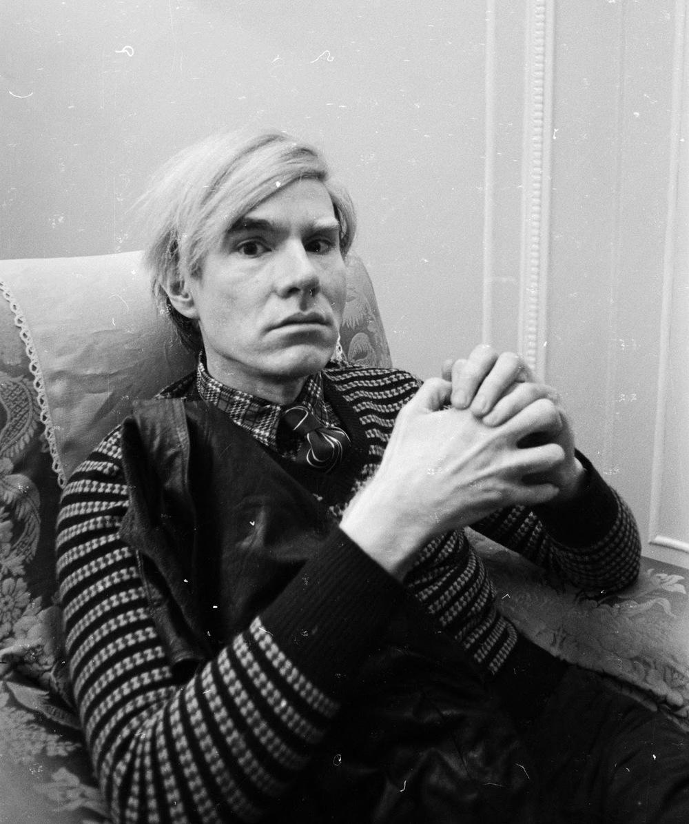 Andy Warhol pode não ter nada a ver com a moda e ainda assim ter muita influência sobre ela. Nascido há 58 anos, Andy foi um dos maiores artistas do século 20. O movimento Pop Art praticamente girou em volta dele. Ele foi um dos responsáveis pela 'glamourização' da moda. Suas fotos e obras inspiraram e ainda inspiram muita gente. Quem nunca viu um anúncio de grife inspirado no movimento Pop Art? Quem nunca viu um editorial de revista com fortes referências ao trabalho de Warhol? Ele transformou a moda e a atitude em arte, em trabalhos dignos de museus e grandes galerias. Mesmo mais de 20 anos depois da sua morte, Andy Warhol segue sendo lembrado como um visionário cujo trabalho mudou o mundo. E a moda.