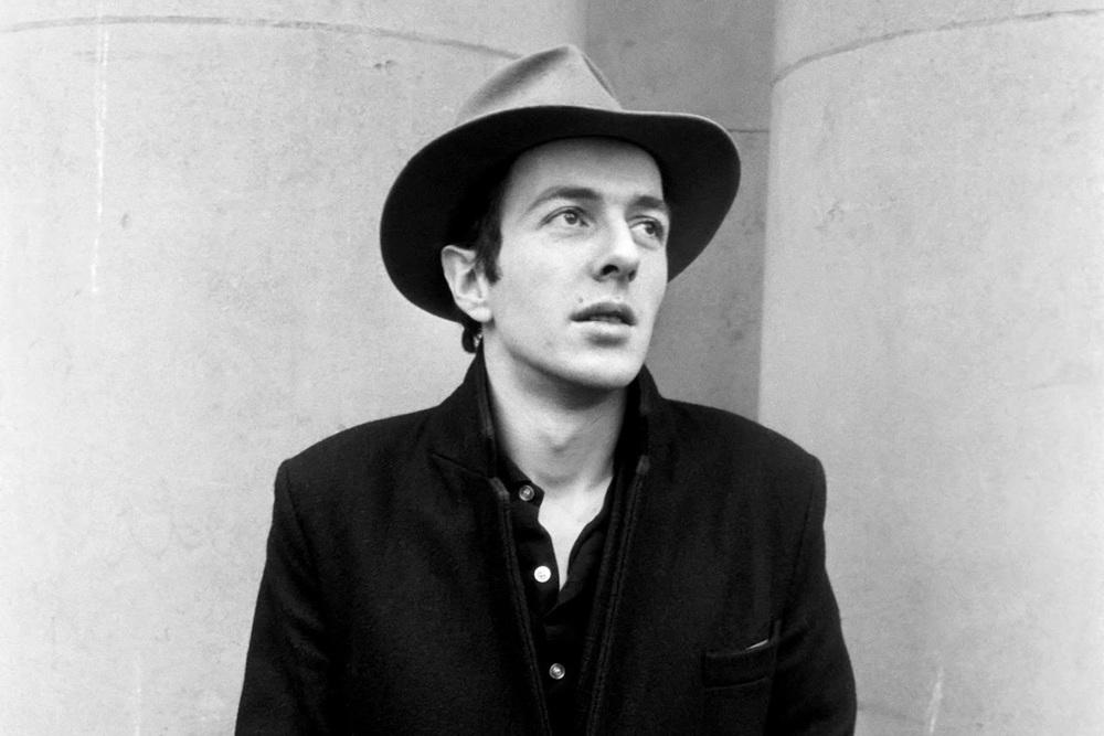 Joe Strummer é uma das razões pelas quais homens saem nas ruas vestindo calça justa, camiseta surrada e jaqueta de couro. Junto com seus conterrâneos do Sex Pistols e os Ramones, Strummer liderou o The Clash para popularizar o movimento punk rock. Depois de toda a psicodelia e o movimento hippie, surgiram, na segunda metade dos anos 70, caras como ele, vestindo roupas rasgadas, cabelo em pé e explodindo rebeldia. Strummer faleceu em 2002, aos 50 anos, deixando um legado tremendo para os fãs do Clash e para os fãs da jaqueta de couro, do tênis esfarrapado e do jeans envelhecido.