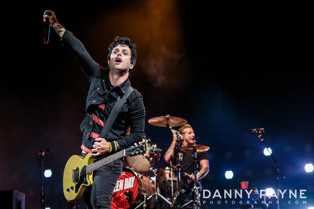 Green Day. Com a tradicional vestimenta punk, que acompanha o trio há mais de 20 anos, o Green Day mostrou que vestir preto e usar cabelo em pé pode sim ser estilo.