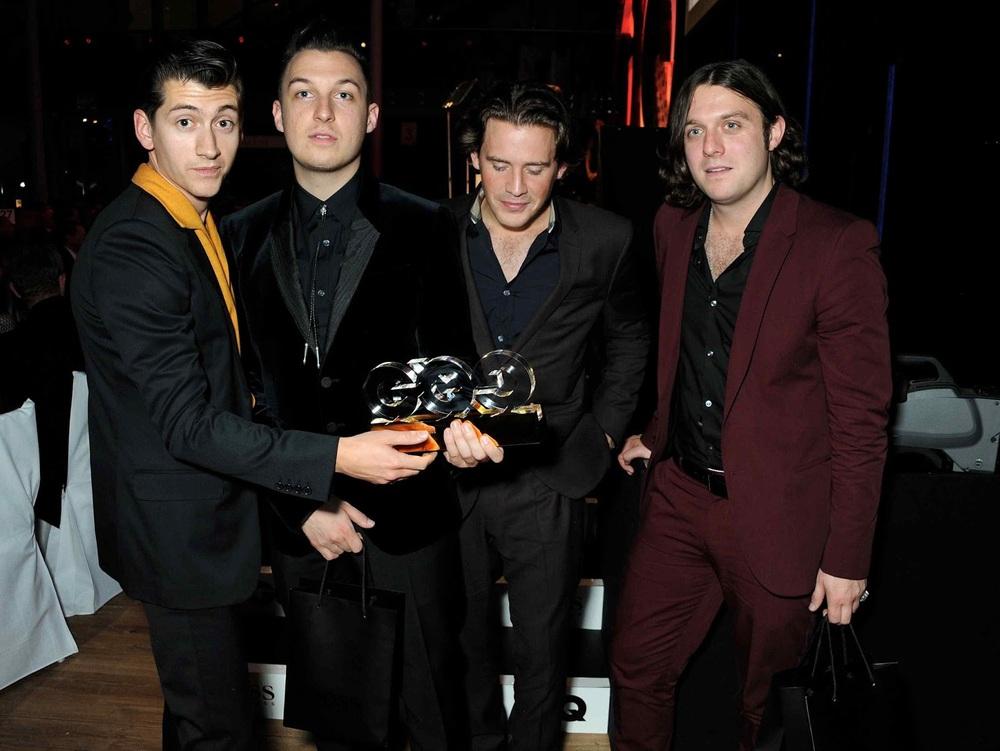 Os Arctic Monkeys, como sempre, souberam manter o título de banda estilosa mandando ver em ternos bem cortados e combinações certeiras. Uma breve ressalva para Alex Turner (esquerda) e seu visual Charlie Harper.