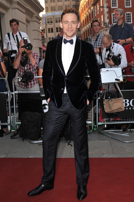 Tom Hiddleston nunca erra. Nem mesmo quando combina tecidos diferentes. E mesmo assim tem muita gente chamando ele de Loki.
