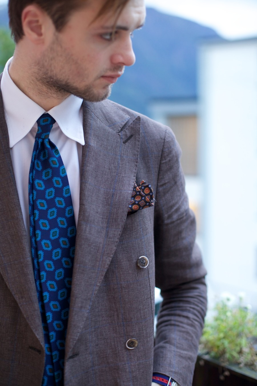 Brown-and-blue-on-a-late-summers-evening-suitsupply-tie-peak-lapel-900x1350.jpg