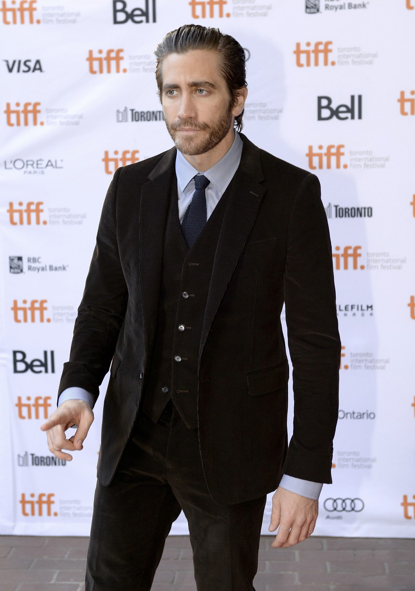 Jake Gyllenhaal mostrou que barba e cabelo compridos podem sim ser um aliado da elegância. Ainda mais quando combinados com um belo terno de três peças.