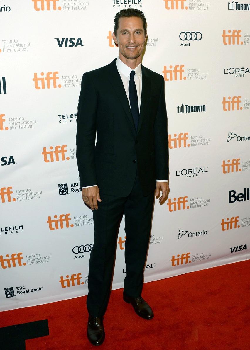 Matthew McConaughey, que já estampou campanhas de grifes como D&G e Noir Le Lis, mostrou que sabe muito bem vestir um terno. Discreto e do tamanho ideal, Matthew se saiu muito bem.