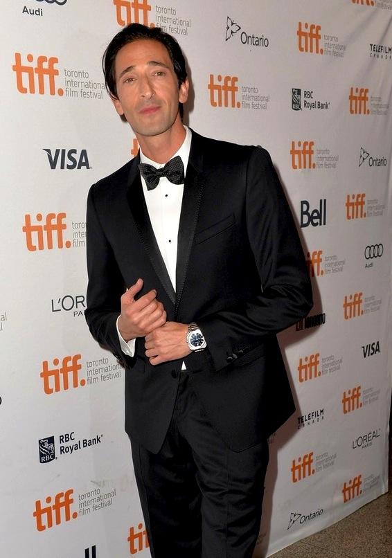 Adrien Brody é um cara que por si só já passa elegância e classe. Seu smoking com detalhes na lapela e na gravata só reforçaram essa imagem.