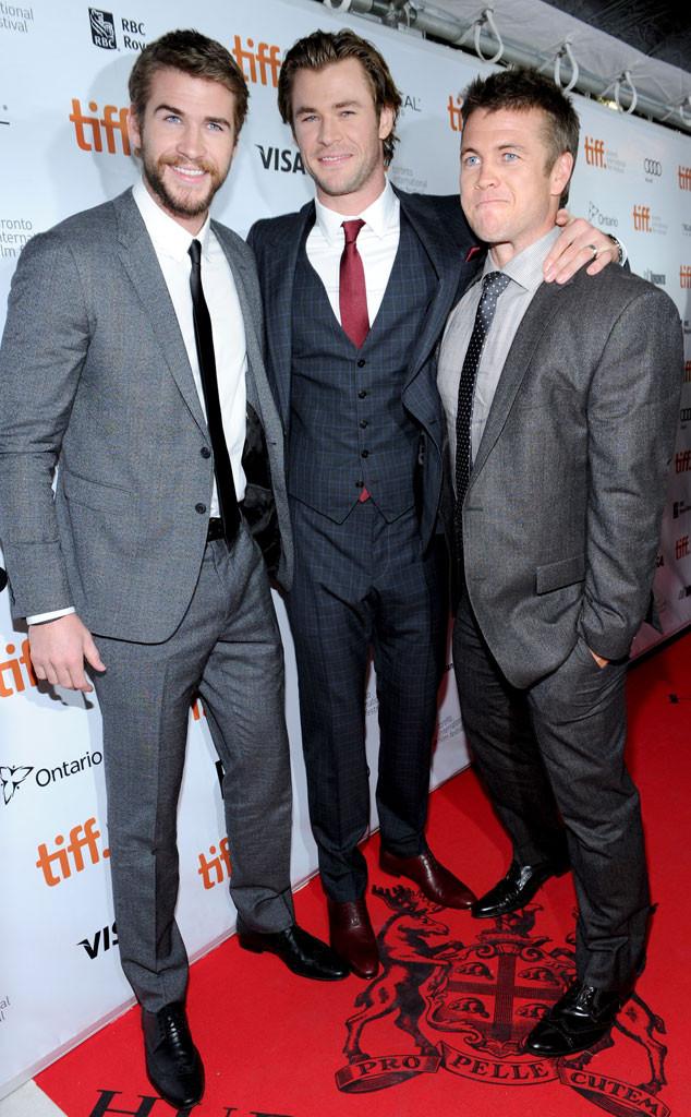 Os irmãos Liam (E) e Chris Hemsworth (C), também não decepcionaram. Liam, com um básico terno cinza bem cortado e Chris, com um três peças imponente, mostraram que a sintonia vem de berço.