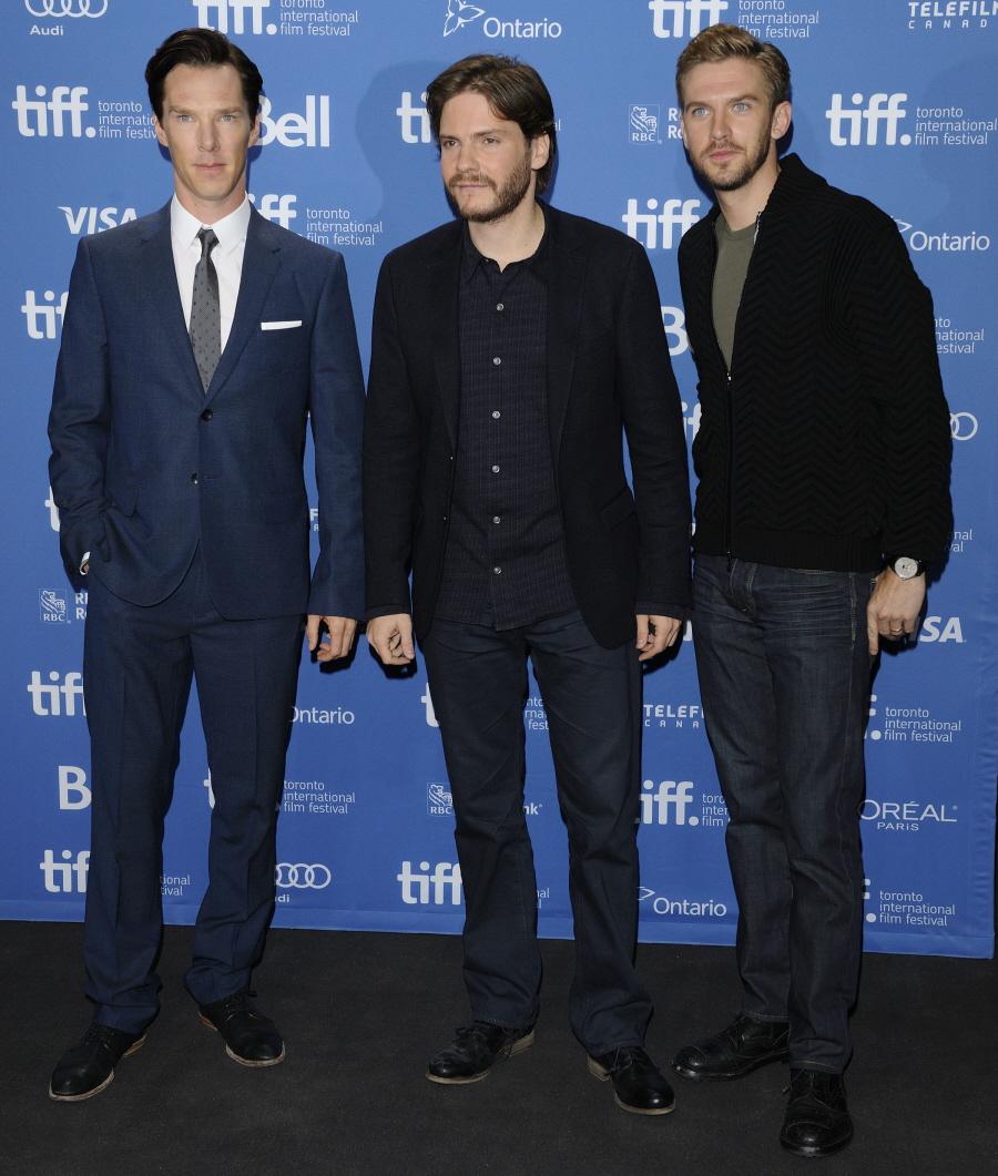 """Benedict Cumberbatch (E), Daniel Bruhl (C) e Dan Stevens (D) nos deram mais um motivo para assistir """"Fifth Estate"""", o filme sobre o WikiLeaks. Diferentes trajes e estilos. Todos muito bem combinados e certos no tamanho."""
