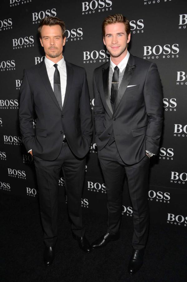 Josh Duhamel e Liam Hemsworthcapricharam nos ternos para a inauguração da nova loja da Hugo Boss, ontem em Nova York. Básicos de destaque.