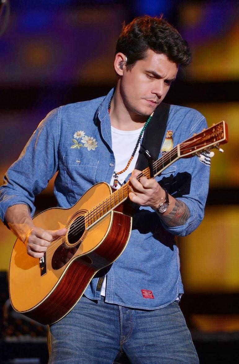 Até vestindo jeans com jeans John Mayer é um cara elegante. Aqui a diferença entre o tom da camisa e da calça ajudou o visual a não ficar muito monocromático.