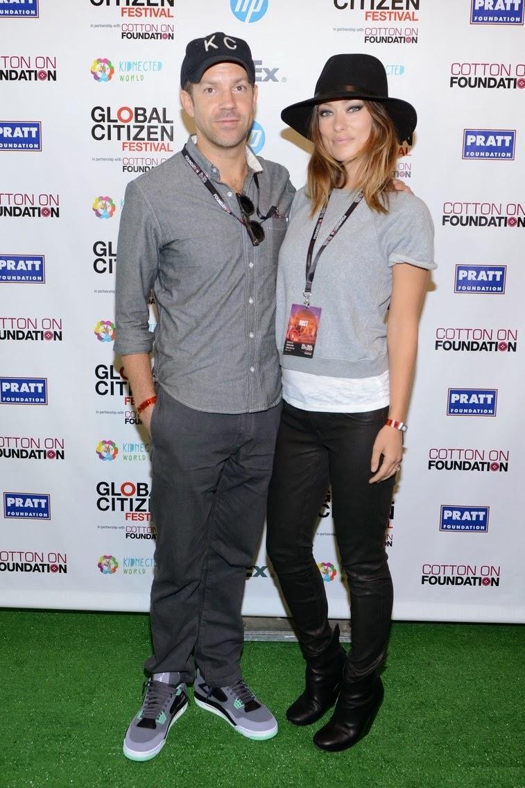 Jason Sudeikis foi outro que acertou no básico para passar o dia no Central Park com a sua mulher, Olivia Wilde. Só faltou caprichar umpouquinhomais no calçado nada discreto.