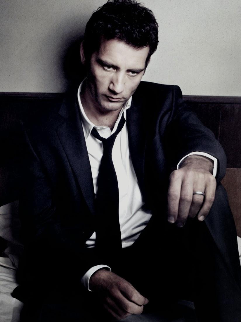 """Clive Owen é elegante sem fazer força. É daqueles caras que vestem uma camisa branca e uma calça jeans e já ficam charmosos. E ele faz isso frequentemente. É comum vermos Clive Owen figurar em listas de """"mais elegantes"""" vestindo ternos totalmente discretos e roupas básicas. Sem acessórios extravagantes, cores fortes e estampas chamativas. Clive é um legítimo James Bond - elegância clássica. Além de um excelente ator, o britânico quase cinquentenário (49), estampa capas de revistas consagradas (como GQ, Esquire e Details) como um modelo nato. E é por essa simplicidade e elegância sem igual que Clive Owen merece o nosso reconhecimento e o nosso aplauso. Sempre."""
