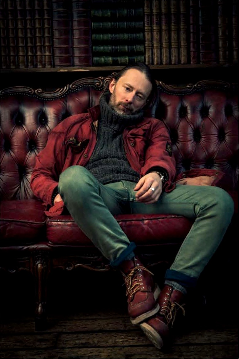 Thom Yorke, o vocalista e líder do Radiohead - um dos caras mais criativos da música dos últimos anos, completa 45 anos hoje. Dono de um estilo bastante particular, que por vezes aparenta um pouco de desleixo, Yorke é sim uma referência de estilo. Com o passar dos anos, o aprimorou suas escolhas, vestindo roupas mais elegantes e cortes de cabelo e barba mais condizentes ao posto de  rockstar . Fica aqui a nossa homenagem a um dos caras responsáveis pela boa fase que ainda vive o rock'n'roll.