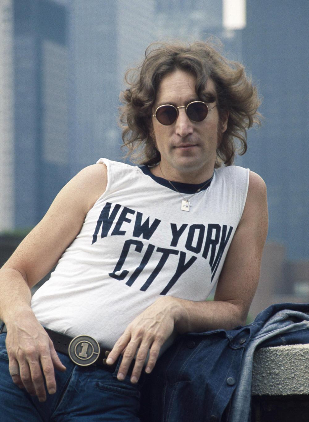 """John Winston Lennon, provavelmente um dos maiores nomes que a cultura moderna já viu, se vivo, completaria hoje 73 anos. John não era o Beatle mais elegante. Não era uma celebridade sempre elogiada por suas roupas. Muitas vezes até pelo contrário. Acontece que Lennon foi (e é) sim uma referência de moda. Na época dos Beatles, ele lançou moda com as jaquetas de couro e com os clássicos ternos bem cortados. Também ficou lembrado pela famosa camisa de 'New York City' e pelos icônicos óculos redondos. John foi um dos maiores nomes da música de todos os tempos sem precisar """"causar"""" com o figurino. Uma calça jeans e uma camiseta branca já era o suficiente. Só a voz, a criatividade e a genialidade eram o bastante para abalar e fazer dele um dos mais elegantes da música."""