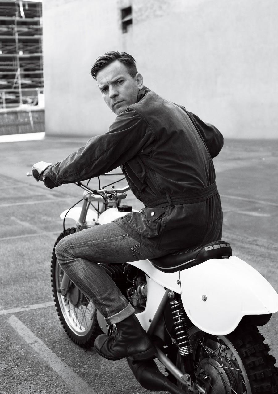 Ewan McGregor indo embora de moto da terça-feira. Sempre pura elegância.